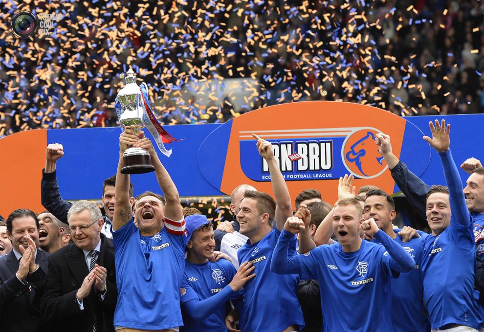 Lee McCulloch alza il trofeo per la conquista della Third Division